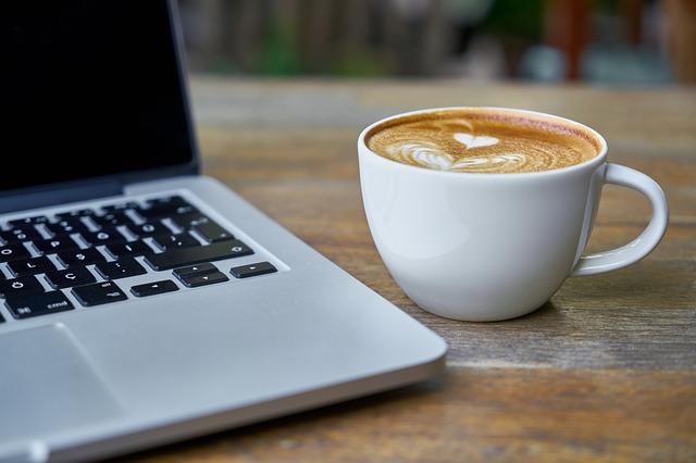 notebook, káva, hrneček