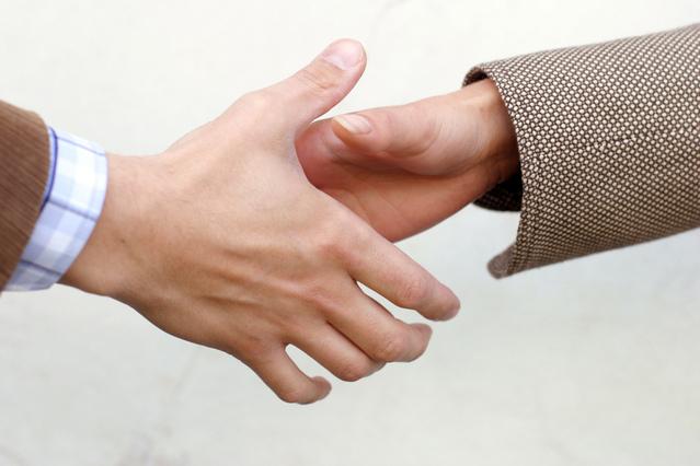 podané ruce na znamení uzavření přátelské dohody.jpg