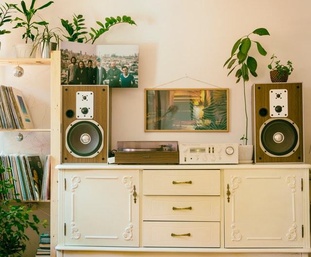 bílá skříň, gramofon, reproduktory.jpg