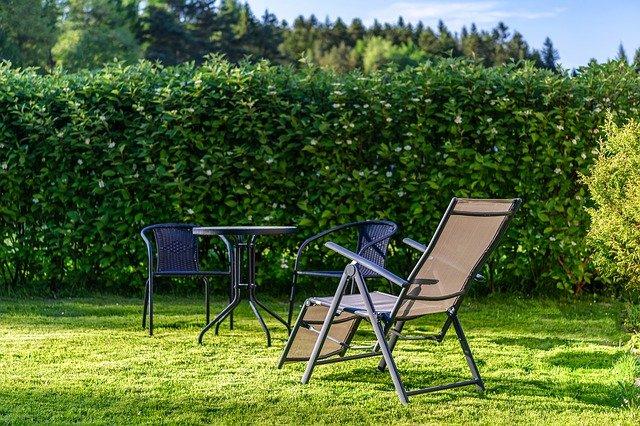 Relaxace v zahradě u živého plotu