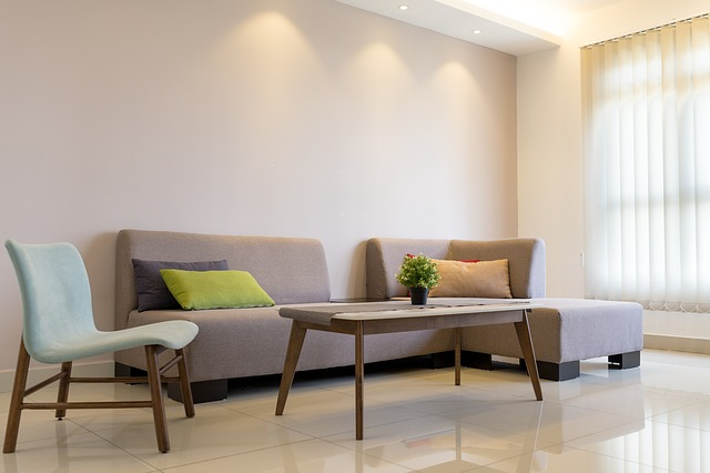 interiér, pohovka, stůl, bílé stěny a dlažby, roleta